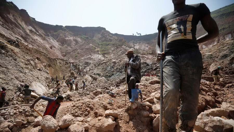 Homens a trabalhar em minas na República Central do Congo