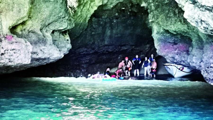 Doze pessoas salvas em gruta após avaria