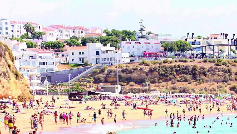 Praias estiveram cheias de turistas em setembro devido às boas temperaturas