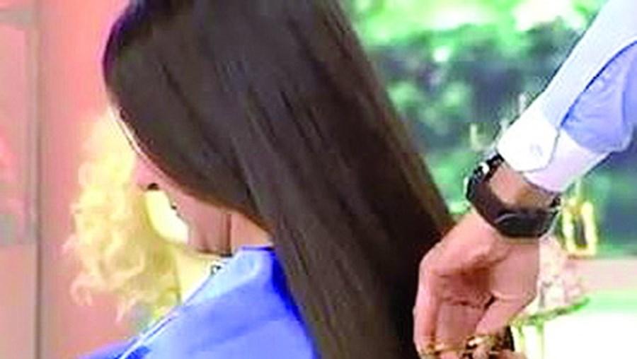Modelo em lágrimas depois de cabeleiro lhe cortar 30 centímetros de cabelo
