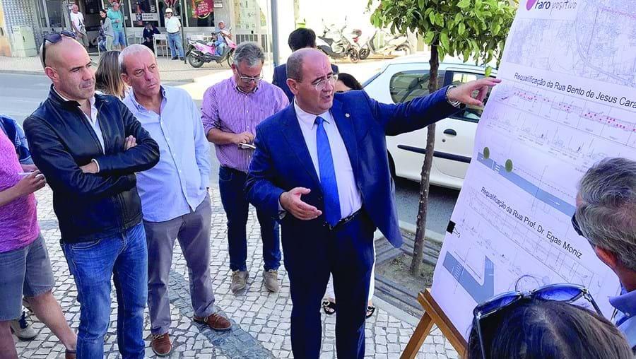 Rogério Bacalhau, presidente da câmara, mostra o projeto de intervenção em ruas na zona de Montenegro