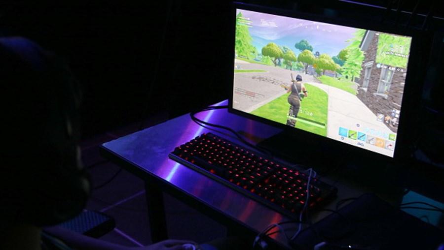 Criança a jogar Fortnite