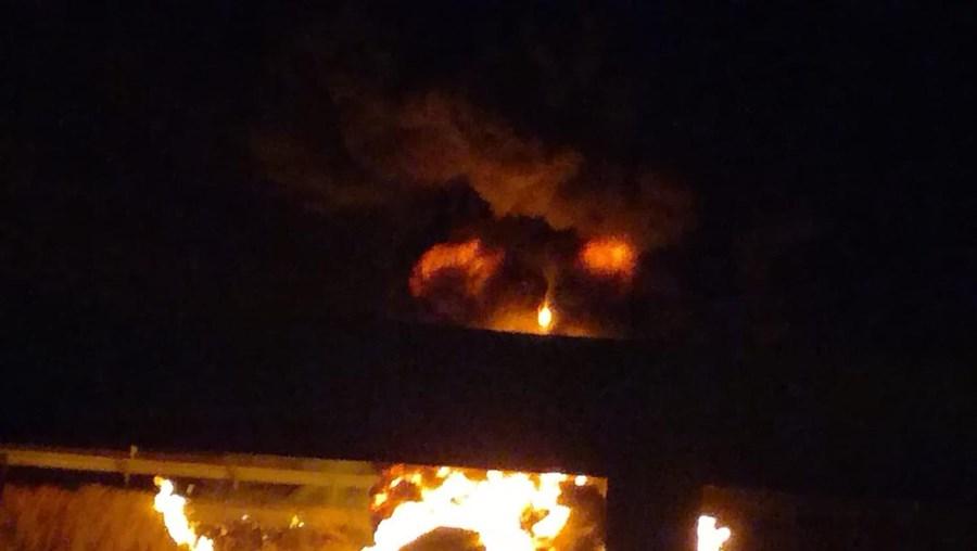Autocarro consumido pelas chamas na A9 em Loures