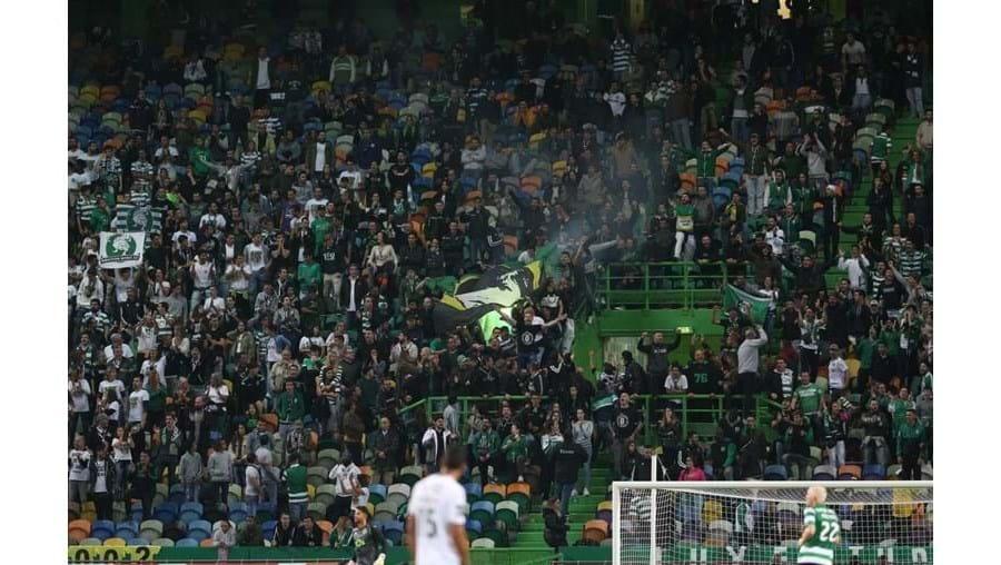 Claques do Sporting contestam Varandas e ouvem assobios dos adeptos
