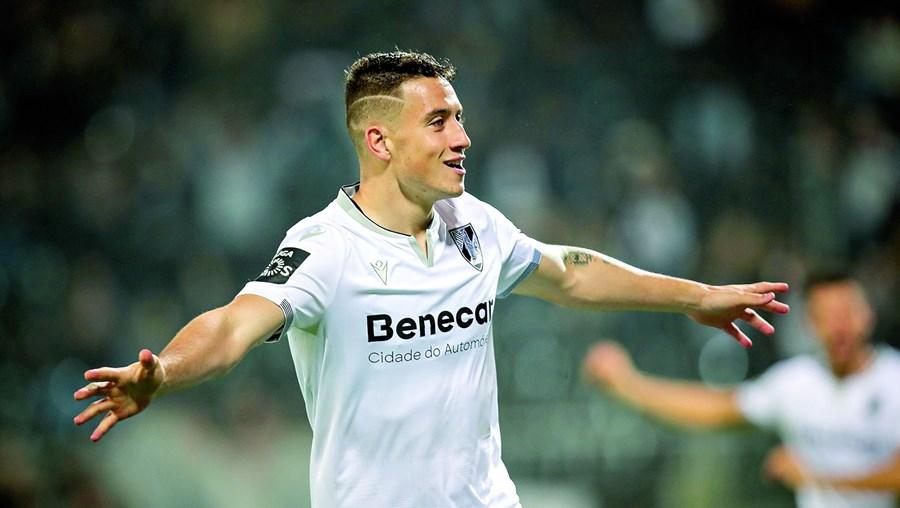 Bruno Duarte festeja o primeiro golo do V. Guimarães, que abriu caminho à goleada