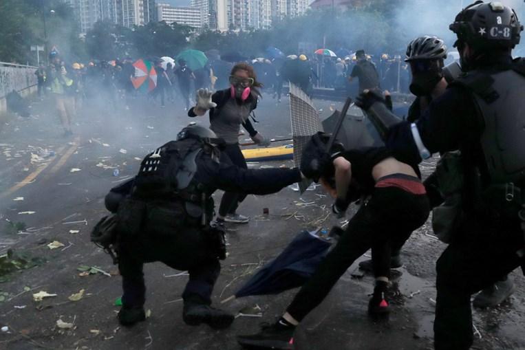 Jovem manifestante alvejado no peito pela polícia em Hong Kong