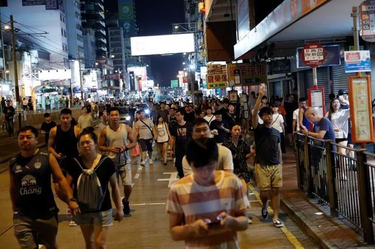 Lei de emergência contestada nas ruas de Hong Kong