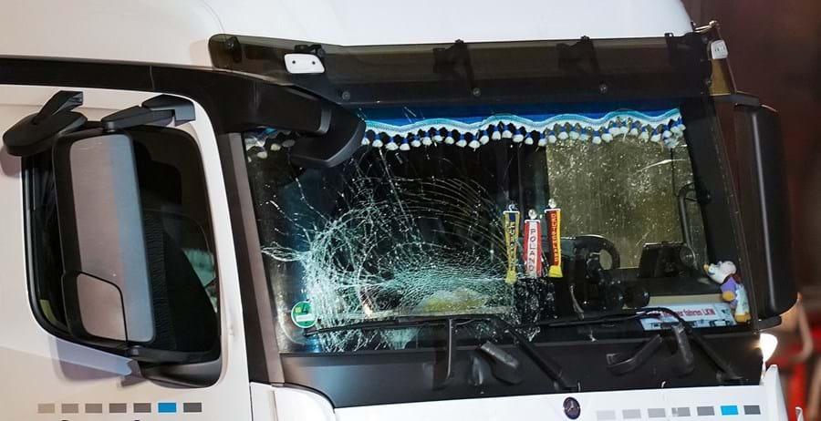 Camião roubado embate contra carros e provoca oito feridos na Alemanha