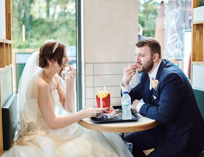Casal faz primeira refeição como marido e mulher no McDonald's
