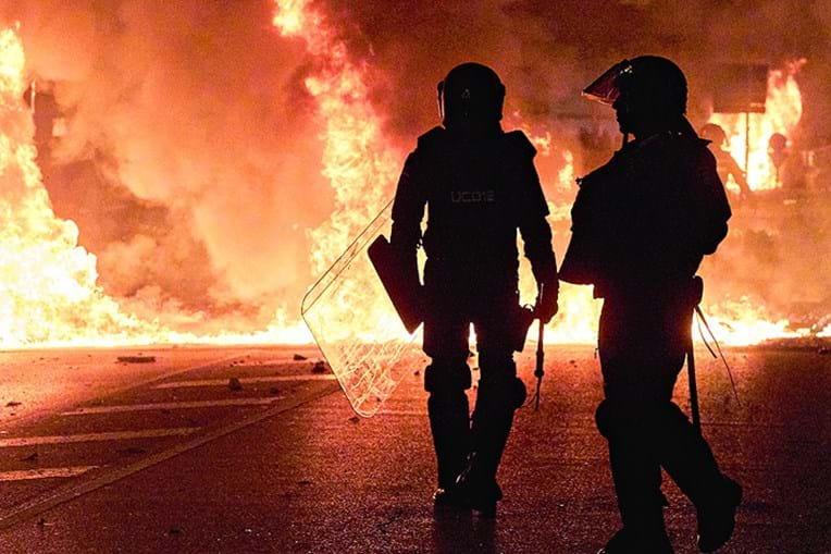 Violência sem precedentes marcou os protestos da noite de quarta-feira