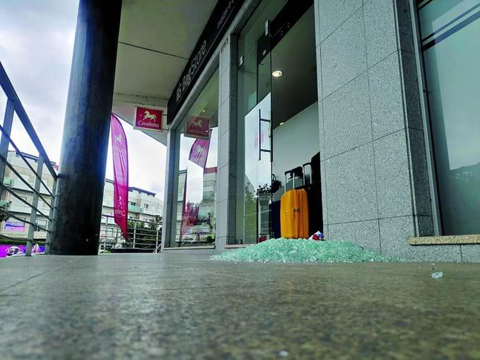 Ladrões partiram a porta da sapataria para consumar o assalto em Paredes