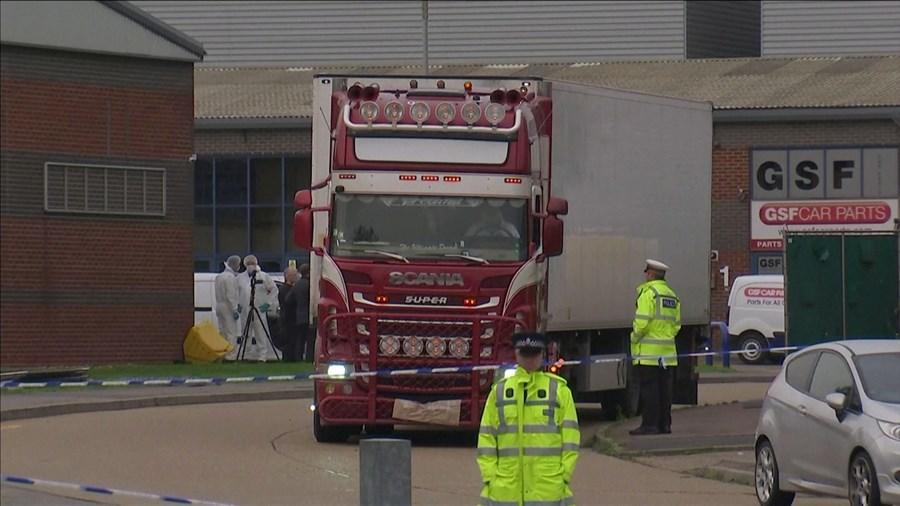 Camião e reboque transferidos para local seguro