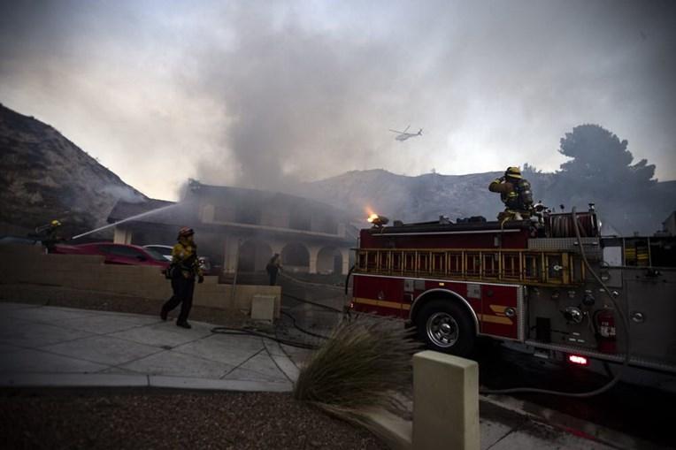 Vário incêndios florestais estão a lavrar na Califórnia