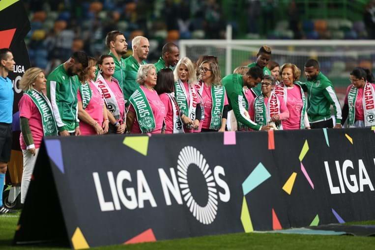 Mãe de Cristiano Ronaldo entra em Alvalade de mão dada com Bruno Fernandes para assinalar o Dia Nacional da Luta Contra o Cancro da Mama