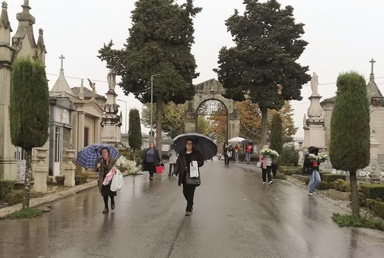 Milhões de portugueses fazem romagem aos cemitérios