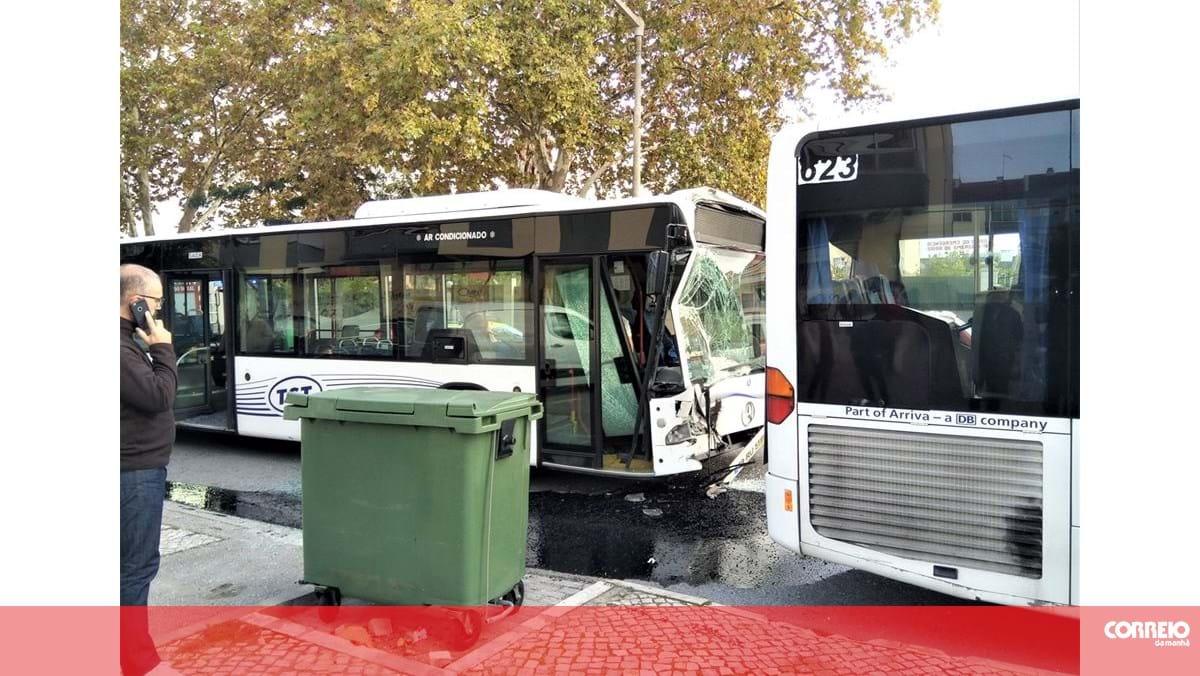 Dez feridos em colisão entre dois autocarros no Seixal. Grávida e criança entre as vítimas - Correio da Manhã