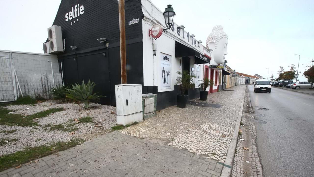 Homem baleado junto de bares no Seixal - CMTV