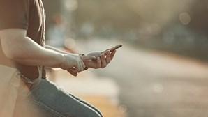 Mãe queima mão ao filho de 12 anos por roubar telemóvel
