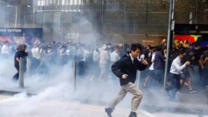 Vídeo mostra jovens a serem atingidos a tiro pela polícia em Hong Kong