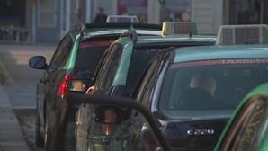 Taxista agredido, roubado e fechado na mala do carro em Gaia