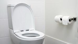 Homem instala câmara na casa de banho para espiar melhor amiga da mulher