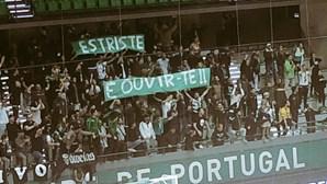 Contestação no futsal do Sporting: claques mostram tarjas com 'gaffe' de Varandas