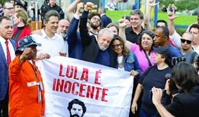 Lula foi recebido em festa por milhares de apoiantes encabeçados por líderes do PT e várias organizações de esquerda