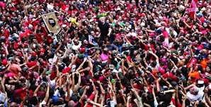 Lula, que foi recebido em apoteose pelos apoiantes após sair da cadeia, promete sair à rua para liderar a oposição contra o presidente Jair Bolsonaro