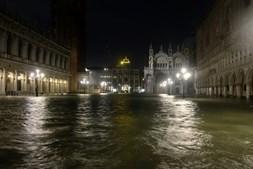 Ruas de Veneza em Itália inundam-se devido a chuvas torrenciais e levam turistas a calçar galochas