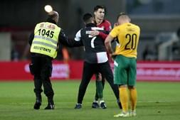 Homem e criança invadem relvado e conquistam abraço de Cristiano Ronaldo