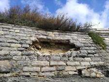 Degradação do paredão na Avenida Marginal