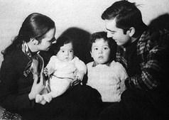 Com a mulher à época, Isabel Costa, e os filhos