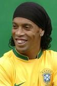 Ronaldinho Gaúcho redesenhou as gengivas e alterou todo o seu sorriso, com dentes novos. O procedimento feito pelo jogador custou 30 mil euros.