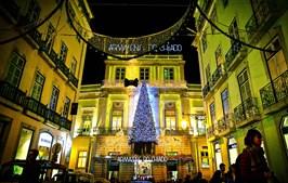 Os Armazéns do Chiado, em Lisboa, já estão iluminados e têm recebido locais e turistas que procuram comprar presentes
