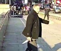 Herói anónimo lançou-se sobre o terrorista e conseguiu tirar-lhe a faca