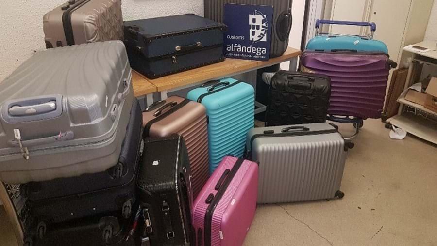 Oito homens detidos com 14 malas de tabaco no aeroporto de Lisboa