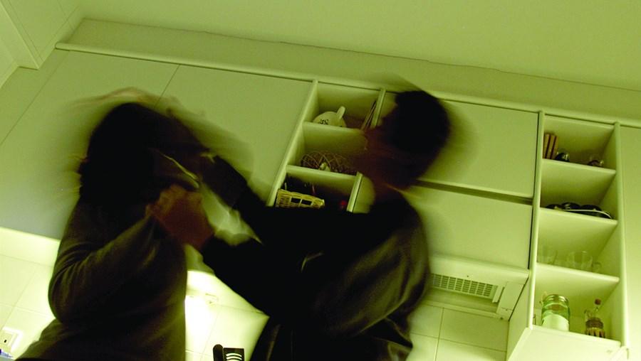 Mulher foi levada para casa pelo ex-companheiro e atacada com violência. Homem foi detido pela PSP
