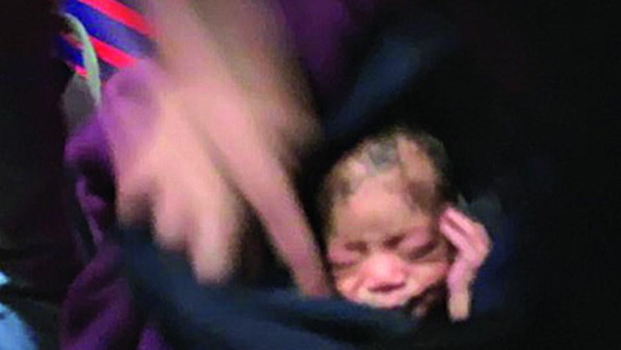 Bebé que foi deitado ao lixo pela mãe