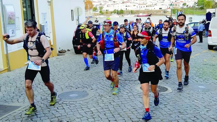 Prova começou no cais de Alcoutim, junto ao rio Guadiana, e conta com a participação de uma centena de atletas