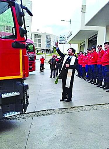 Sacerdote benze viaturas dos Bombeiros de Mirandela