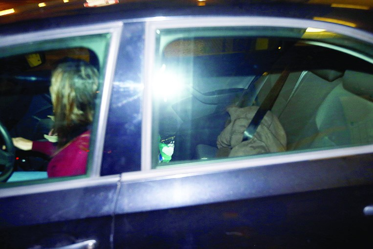Mulher de 22 anos foi filmada a atirar filho para o ecoponto