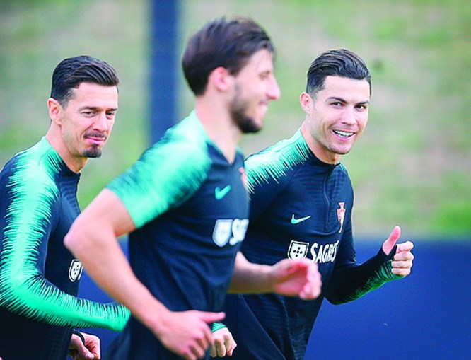 CR7 sorri nos treinos da seleção longe dos traumas da Juventus