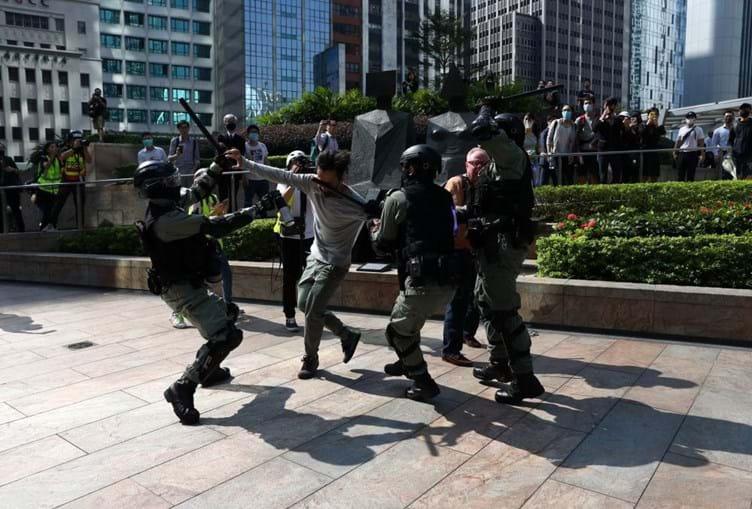 Confrontos em Hong Kong obrigam a reforço policial, parlamento suspenso e escolas fechadas