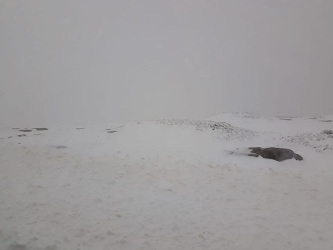 Manto de neve corta estradas na Serra da Estrela