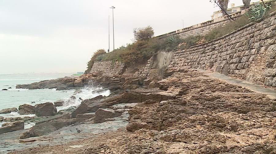 Vista do buraco no muro do paredão junto ao mar e Avenida Marginal