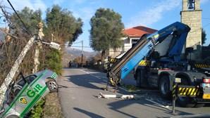 Carro da GNR atingido por poste de iluminação após despiste