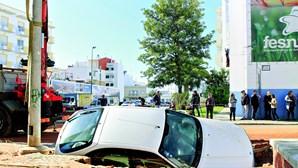 Rua abate e engole carro em Olhão