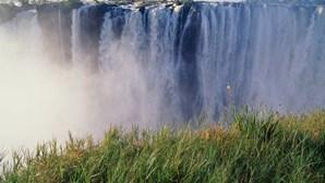 As cataratas 'Victoria Falls' estão quase sem água. Maior seca do século ameaça atração histórica em África