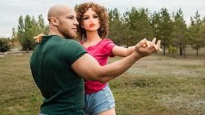 Bodybuilder que casou com duas bonecas sexuais mostra rotina de pele das esposas