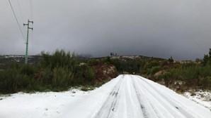 Neve pinta de branco serras da ilha da Madeira. Veja as imagens